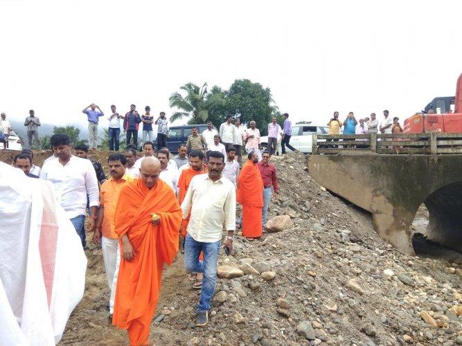 Adichunchanagiri Mutt pontiff Nirmalanandanatha Swami visits the damaged Kukkavu bridge in Belthangady taluk.
