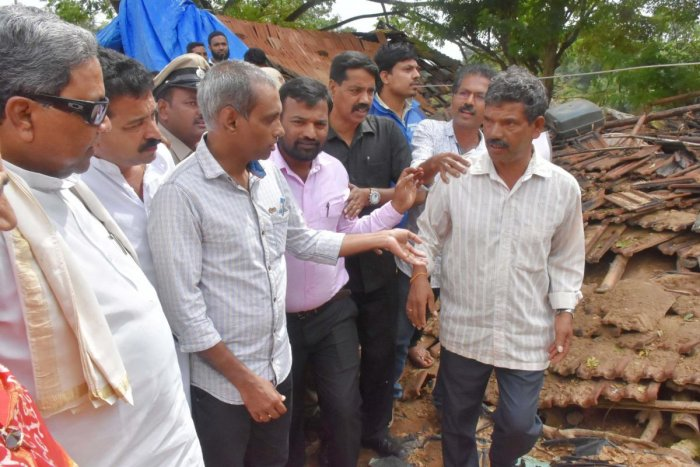 Former chief minister and Congress Legislative Party leader Siddaramaiah interacted with the inmates of the flood relief centre in Nelyahudikeri in Kodagu district.