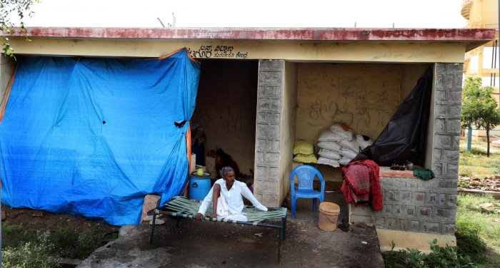 The families of Pandappa Kumbar and Hanumant Kumbar who lost their houses due to floods in Krishna river take shelter at a bus stop at Katagur in Hunagund taluk, Bagalkot district.