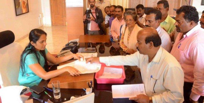 Under the leadership of JD(S) district President K M Ganesh, villagers of Hemmettalu,affected by floods, submit a memorandum to Deputy Commissioner Annies Kanmani Joyin Madikeri on Friday. DH photo