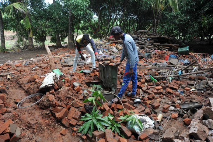 People from Kabalapur village inspect the collapsed house of Kadappa. DH Photos/Pushkar V