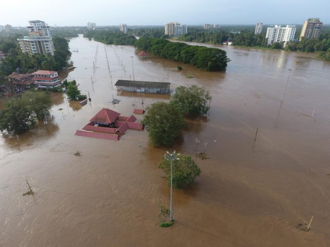 View of the Shiva Temple submerged after the release of water from Idamalayar dam following heavy rains in Kochi on August 9, 2018. - At least 20 people were killed on August 9 in landslides triggered by heavy rains in southern India, an official said, pushing the nationwide monsoon death toll for this year to over 700. (AFP photo)
