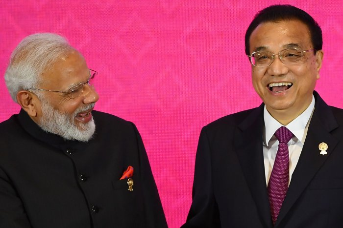 India's Prime Minister Narendra Modi (L) shakes hands with China's Premier Li Keqiang during the 3rd Regional Comprehensive Economic Partnership (RCEP) Summit in Bangkok on November 4, 2019, on the sidelines of the 35th Association of Southeast Asian Nations (ASEAN) Summit. (AFP Photo)