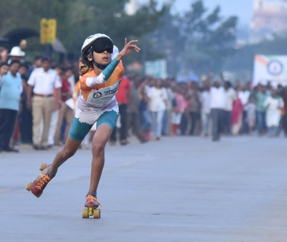 Ojal Nalavadi in action during her Guinness World Record feat of fastest skating blindfolded (female), in Hubballi on Thursday. DH PHOTO