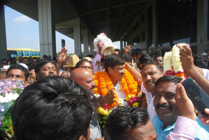 Supporters of Ramesh Jarkiholi, the BJP candidate for byelection to Gokak Assembly constituency, welcome their leader at Sambra airport in Belagavi on Friday. DH Photo