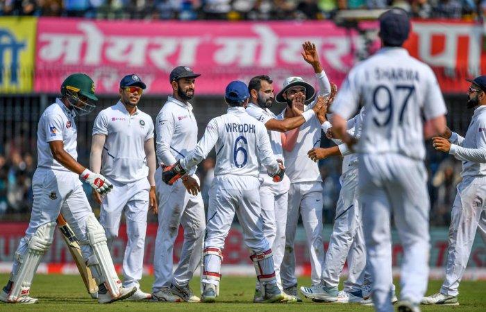 India's Mohammed Shami celebrates with teammates (AFP Photo)