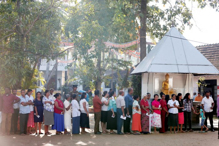 People stand in a line to cast their vote during the presidential election in Colombo, Sri Lanka November 16, 2019. (REUTERS)