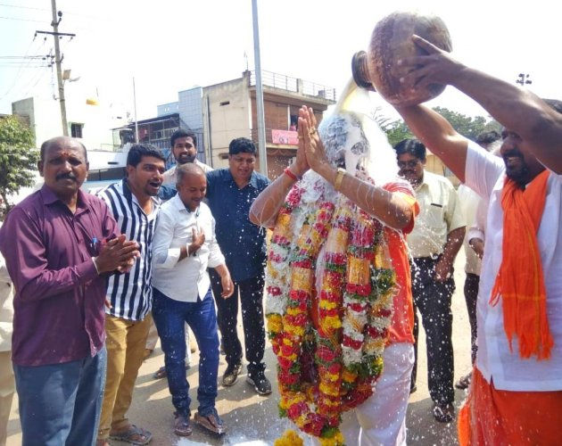 Supporters perform milk abhisheka on Kaviraj Urs, the BJP rebel candidate for Assembly bypoll from Vijayanagar constituency, in Hosapete on Monday. DH PHOTO