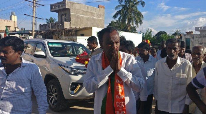 BJP candidate MTB Nagaraj seeks votes during a campaign in Ittasandra village of Nandagudi hobli in Hosakote taluk on Tuesday. DH Photo