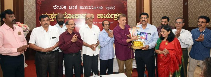 Writer Jayant Kaikini releases the books authored by Teekay Kasargod in Mangaluru on Wednesday.
