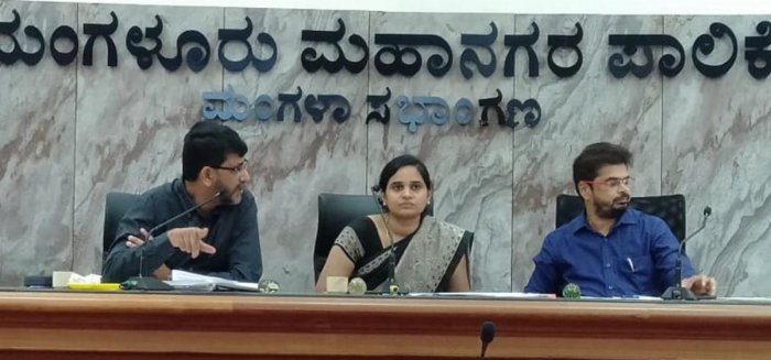 Deputy Commissioner Sindhu B Rupesh, flanked by Smart City Mission Managing Director Mohammed Nazeer (left) and MCC Commissioner Ajith Hegde, chairs a meeting at the council hall of Mangaluru City Corporation in Mangaluru.