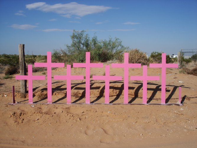 Crosses in the city of Ciudad Juárez, Chihuahua, were placed in the spot where 8 victims of femicide were found in 1996. (Photo by Wikimedia Commons)