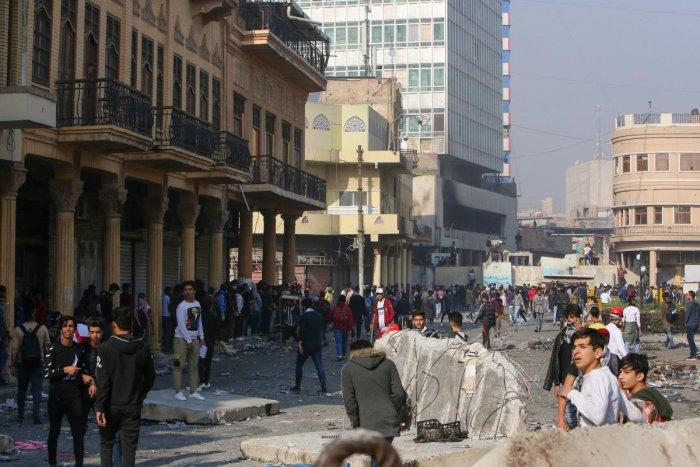 Iraqi anti-government protesters gather in al-Rasheed street near al-Ahrar bridge. (AFP Photo)