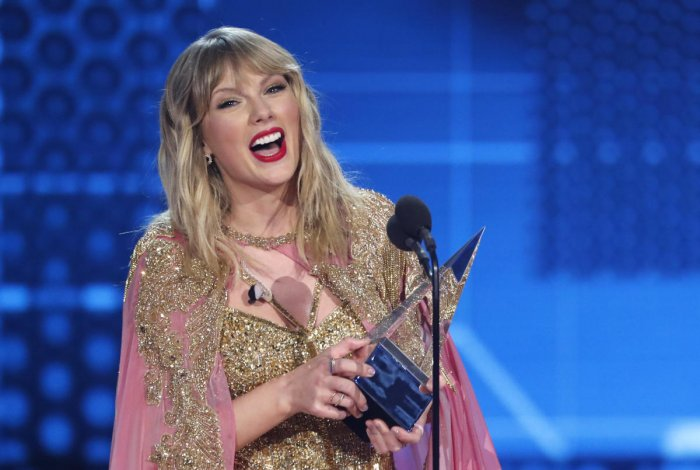 Taylor Swift accepts the Artist of the Decade award. (Reuters Photo)