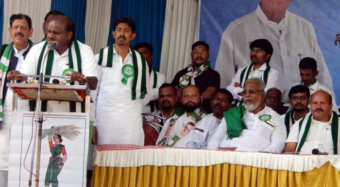 JD(S) Legislature Party leader H D Kumaraswamy speaks at an election campaign for party candidate from Vijayanagar constituency N M Nabi, in Hosapete on Monday. DH PHOTO