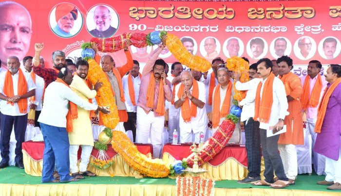 BJP workers garland Chief Minister B S Yediyurappa, his deputy Govind Karjol, party candidate from Vijayanagar constituency Anand Singh, Bellary MP Y Devendrappa, during an election rally in Hosapete on Monday. DH photo