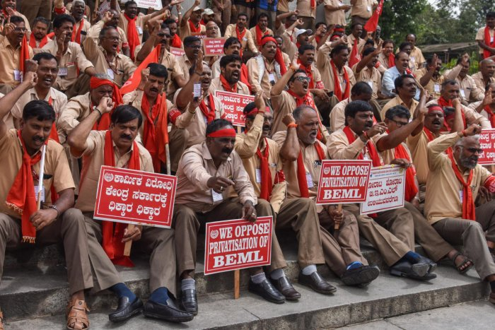 Employees of BEML staging protest under the banner Co Ordination Committee of BEML Employees Association against Central Government for privatisation of BEML Limited, in front of Town Hall in Bengaluru. DH Photo