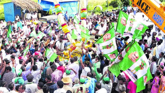 JD(S) workers accord a grand welcome to former chief minister H D Kumaraswamy and former minister H D Revanna at Santhebachahalli in KR Pet taluk, Mandya district, on Wednesday. dh photo