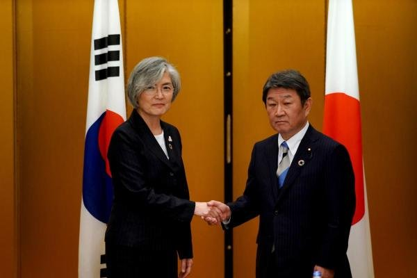 Japan's Foreign Minister Toshimitsu Motegi (R) shakes hands with South Korea's Foreign Minister Kang Kyung-wha before a bilateral meeting at the G20 Foreign Ministers' meeting in Nagoya on November 23, 2019. (AFP photo)