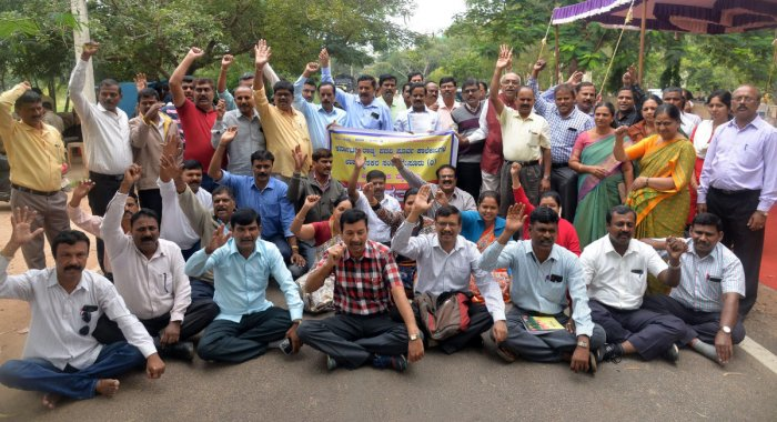 Members of the Karnataka State Pre-university College Lecturers' Association stage a protest in front of the DC office in Mysuru on Thursday. DH photo