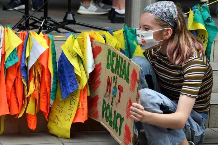 Protesters in smoke-covered Sydney kicked off a fresh round of global protests against climate change on November 29, with activists and school kids picketing the headquarters of bushfire-ravaged Australia's ruling party. (AFP Photo)
