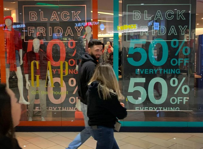 Shoppers look for early bargains as the Black Friday sales begin on Thanksgiving Day in Los Angeles, California. AFP photo