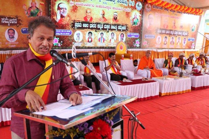 Writer Baraguru Ramachandrappa speaks during first Akhila Bharatiya Makkala Sahitya Sammelana, organised by Rajya Makkala Sahitya Parishat and Sri Adichunchanagiri Mutt in Hassan on Frdiay. Nirmalanandanatha Swami, head of Adichunchanagiri Mutt is seen.