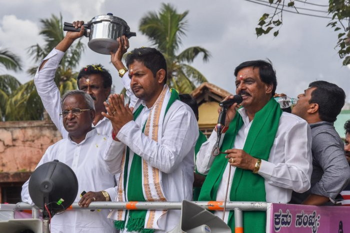 Independent candidate Sharath Bachegowda (with folded hands) campaigns at Doddahullur village of Hoskote taluk in Bengaluru Rural district on Friday. DH photo/S K Dinesh