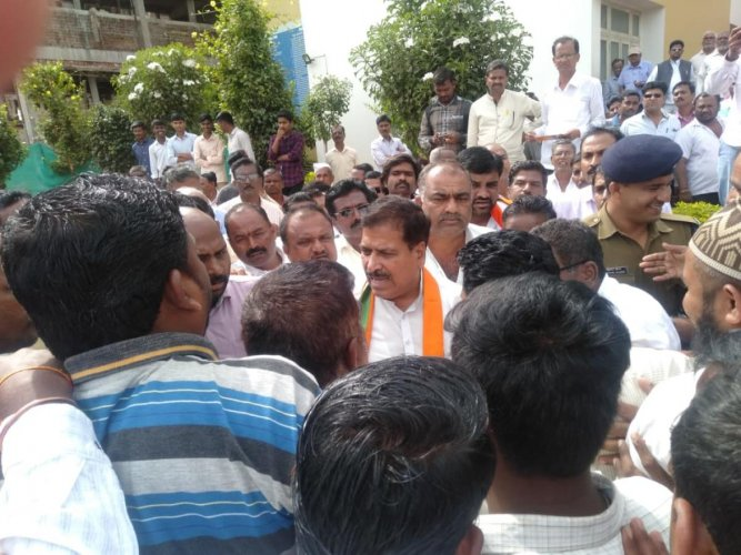 Leaders from Veershaiva-Lingayat community expressing their ire against BJP candidate Ramesh Jarkiholi before Minister of State for Railways Suresh Angadi during meeting of the community at Gokak town in Belagavi district on Saturday.