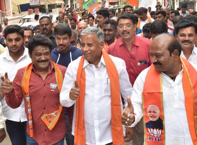 M Saravana BJP candidate of Shivajinagar, Housing Minister V Somanna and Actor and Former MLA Jaggesh campaign at Shivajinagar in Bengaluru on Saturday, November 30, 2019. (DH Photo)