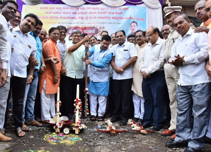 Large & Medium Scale Industries Minister Jagadish Shettar and Union Minister Pralhad Joshi performing bhoomi pooja for laying concrete road at Neeligin Road in Hubballi on Sunday. DH Photo