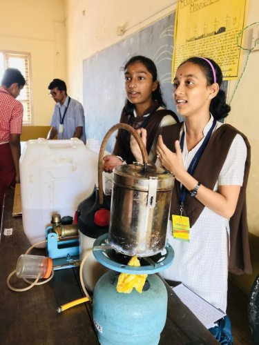 Students explain about their model at the Anveshana – Agri Tinkering Fair.