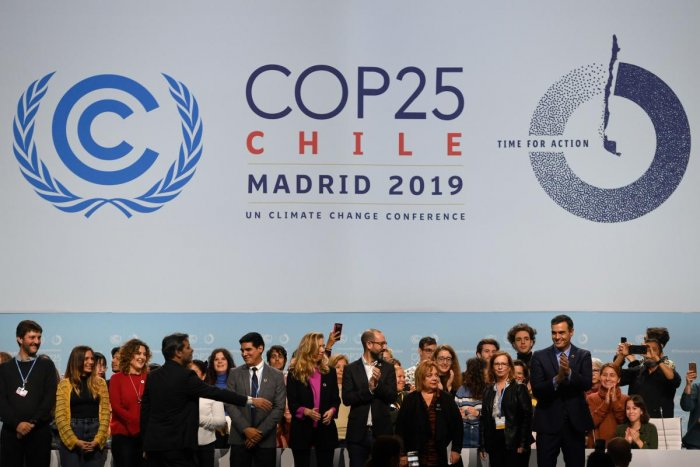 Spanish Prime Minister Pedro Sanchez (R) applauds as he poses with volunteers onstage during a visit to the congress centre IFEMA in Madrid on November 30, 2019 where the COP25 climate summit will be held from December 2 to 13, 2019. (AFP Photo)