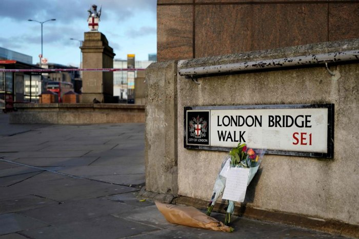 Floral tributes are pictured close to London Bridge in the City of London, on November 30, 2019, following the November 29 terror incident in which two people died after being stabbed on the bridge. (AFP Photo)