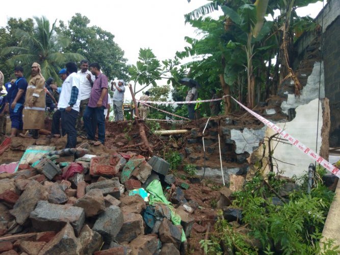 At least 15 people, including 10 women and two children, died after three houses collapsed at a village near Mettupalayam in Coimbatore. (DH Photo)