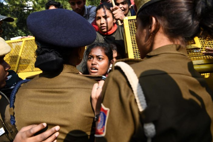 Police block demonstrators as they march to protest against the alleged rape and murder of a 27-year-old veterinary doctor in Hyderabad, in New Delhi on December 2, 2019. (AFP Photo)