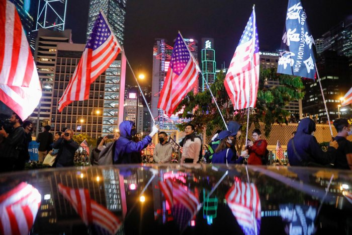 Protestors hold U.S. flags during a gathering at the Edinburgh place in Hong Kong (Reuters photo)