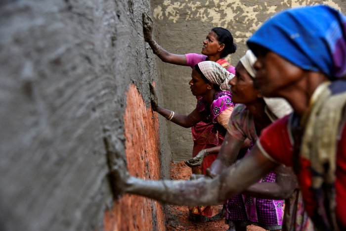 Labourers coat bricks with a mixture of mud and cow dung in a brick kiln at Langolpota village in North 24 Parganas district in the eastern state of West Bengal, India, November 26, 2019. Picture taken November 26, 2019. (Reuters Photo)