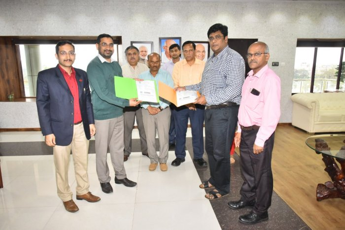 SWR Deputy Chief Commercial manager N Hari Kumar and KSTDC General Manager Nagaraj signed an agreement for operation of Golden Chariot Train in Hubballi on Tuesday. DH Photo