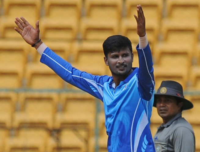 K Gowtham defended 13 runs in the final over to help Karnataka edge Tamil Nadu by one run in the Syed Mushtaq Ali Trophy final. DH FILE PHOTO