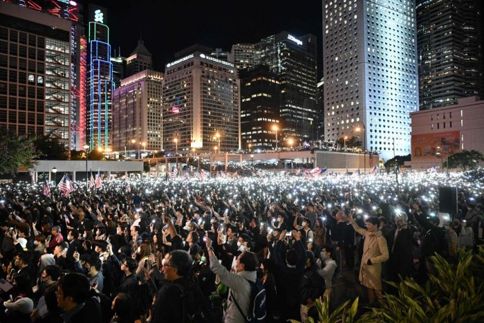 People hold up lights from their mobile phones as they take part in a gathering of thanks at Edinburgh Place in Hong Kong's Central district on November 28, 2019. (AFP Photo)