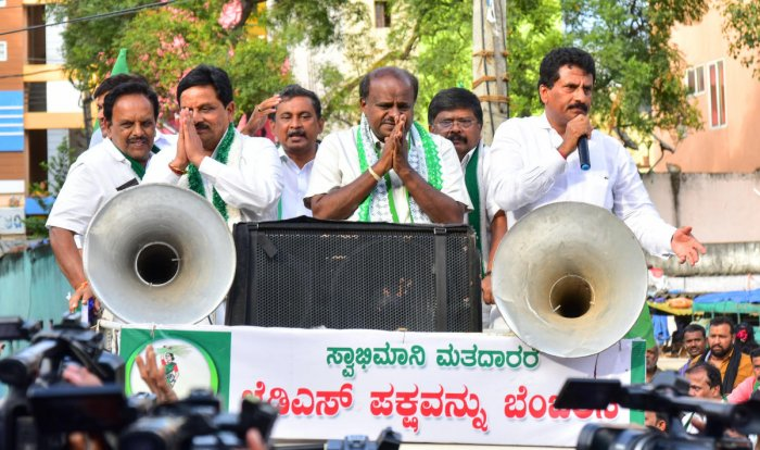 Former chief minister H D Kumaraswamy campaigns for Girish K Nashi, the JD(S) candidate, in Mahalakshmi Layout, Bengaluru on Tuesday. dh photo