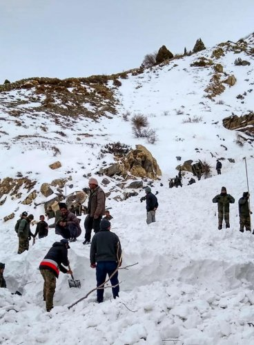 Rescue officials conduct operation after four jawans were trapped in snow due to avalanche. Photo by PTI.