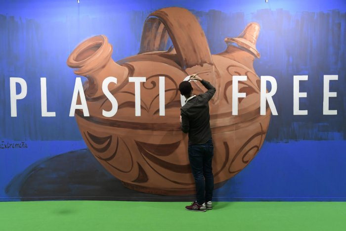 panish street artist Jonatan Carranza aka Sojo paints a mural depicting an Extremaduran typical earthenware pitcher during the UN Climate Change Conference COP25 at the 'IFEMA - Feria de Madrid' exhibition centre, in Madrid, on December 3, 2019. (Photo by AFP)