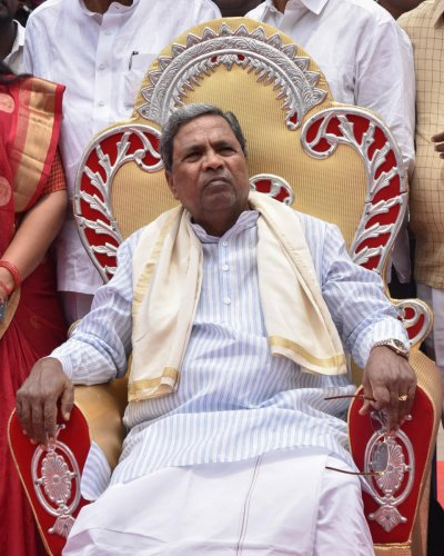 R Shankar, another disqualified MLA who got re-elected in the bypolls, also met Siddaramaiah.