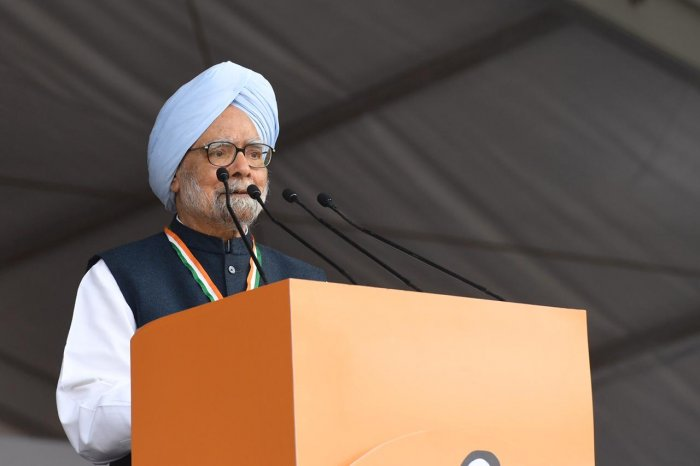 """Manmohan Singh urged the people to strengthen the Congress party and the hands of Sonia Gandhi and Rahul Gandhi in order """"to take the country forward in the right direction"""". Photo/Twitter (@INCIndia)"""