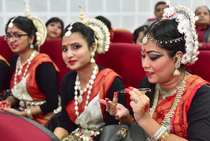 Bengali artists attending the Bongo conference organized by Bengali society Saturday at Gandhi Bhavan. (Prajawani Image)