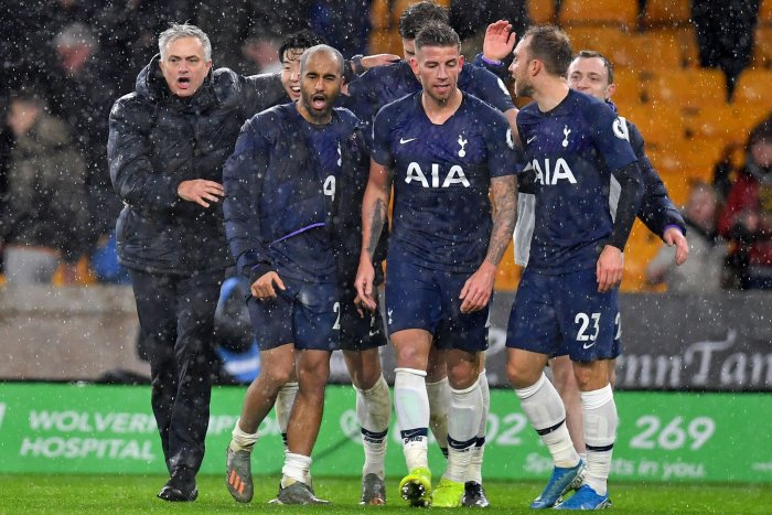 Tottenham Hotspur's Portuguese head coach Jose Mourinho (L) celebrates with his players on the pitch after the English Premier League football match between Wolverhampton Wanderers and Tottenham Hotspur at the Molineux stadium in Wolverhampton, central England. (AFP Photo)