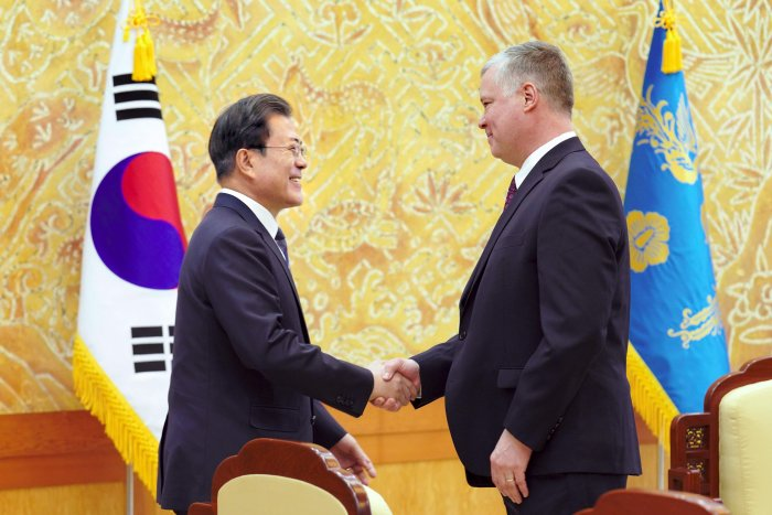 South Korean President Moon Jae-in (L) shakes hands with US Special Representative for North Korea Stephen Biegun (R) during their meeting at the presidential Blue House in Seoul. (AFP Photo)