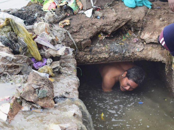 Karnataka stands sixth with 1,754 such people after Uttar Pradesh (19,712), Maharashtra (7,378), Uttarakhand (6,033), Rajasthan (2,590) and Andhra Pradesh (1,982) of the over 42,000 manual scavengers across the country. Photo/PTI